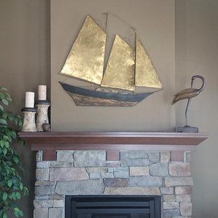 トロントの大きいビーチスタイルのおしゃれなファミリールーム (茶色い壁、カーペット敷き、標準型暖炉、レンガの暖炉まわり) の写真