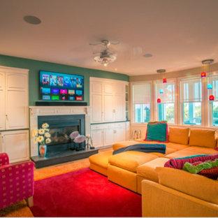 オレンジカウンティの大きいビーチスタイルのおしゃれな独立型ファミリールーム (ゲームルーム、マルチカラーの壁、淡色無垢フローリング、標準型暖炉、金属の暖炉まわり、壁掛け型テレビ) の写真
