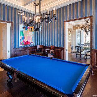 Esempio di un soggiorno tradizionale chiuso con sala giochi, pareti blu e parquet scuro