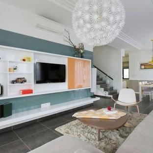 ニューヨークの広いミッドセンチュリースタイルのおしゃれなオープンリビング (白い壁、スレートの床、暖炉なし、壁掛け型テレビ、グレーの床) の写真