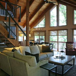 ミルウォーキーの中サイズのインダストリアルスタイルのおしゃれなファミリールーム (グレーの壁、淡色無垢フローリング、標準型暖炉、木材の暖炉まわり、壁掛け型テレビ) の写真