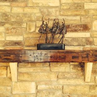 Ispirazione per un soggiorno tradizionale di medie dimensioni e aperto con pareti gialle, camino classico e cornice del camino in legno
