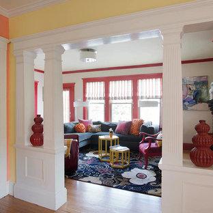 ボストンの小さいコンテンポラリースタイルのおしゃれなオープンリビング (壁掛け型テレビ、ベージュの壁、無垢フローリング、標準型暖炉、レンガの暖炉まわり) の写真