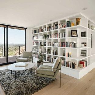 Immagine di un soggiorno minimal con pareti bianche, parquet chiaro e pavimento beige