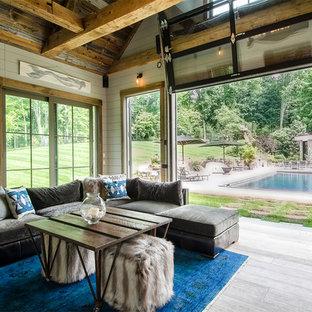 Immagine di un piccolo soggiorno stile marinaro aperto con pareti bianche, parquet chiaro, camino classico e pavimento grigio