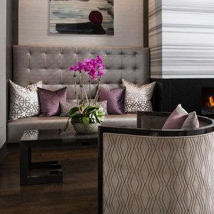 ダラスのトランジショナルスタイルのおしゃれなファミリールーム (濃色無垢フローリング、マルチカラーの壁) の写真