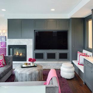 Réalisation d'une salle de séjour tradition avec un bar de salon, un sol en bois foncé, une cheminée d'angle, un téléviseur encastré et un mur blanc.