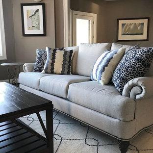 Mittelgroßes, Abgetrenntes Klassisches Wohnzimmer mit dunklem Holzboden und Eck-TV in Baltimore
