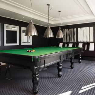 Ejemplo de sala de juegos en casa tradicional renovada con paredes negras y moqueta
