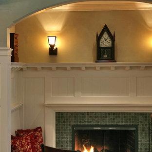 Imagen de sala de estar con biblioteca abierta, de estilo americano, pequeña, sin televisor, con paredes verdes, suelo de pizarra, chimenea tradicional y marco de chimenea de baldosas y/o azulejos