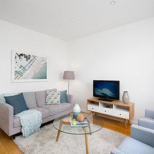 Exemple d'une salle de séjour romantique ouverte avec un mur blanc, un sol en bois brun, aucune cheminée et un sol marron.