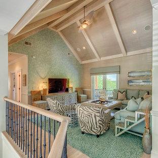 Esempio di un soggiorno costiero di medie dimensioni e stile loft con parquet chiaro, TV autoportante, sala formale e pareti verdi