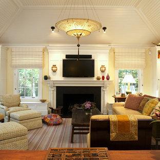 Modernes Wohnzimmer mit beiger Wandfarbe, Kamin und Wand-TV in Boston