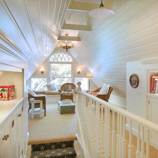 Modelo de sala de estar tipo loft, tradicional, pequeña, con moqueta