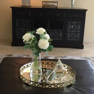 Foto de sala de estar cerrada, clásica renovada, pequeña, sin chimenea y televisor, con paredes blancas, suelo de mármol y suelo gris