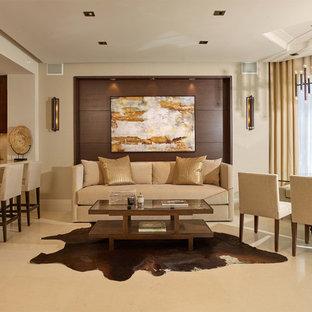 Exempel på ett stort modernt allrum med öppen planlösning, med beige väggar och marmorgolv