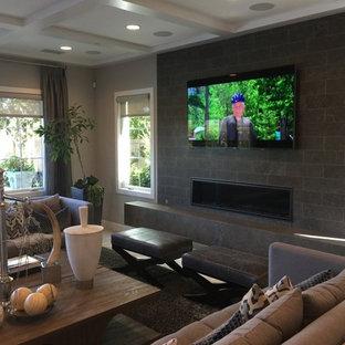 Immagine di un soggiorno classico di medie dimensioni e chiuso con angolo bar, pareti beige, pavimento in terracotta, nessun camino, TV a parete e cornice del camino piastrellata