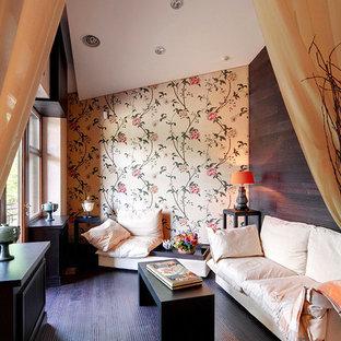 Ejemplo de sala de estar con biblioteca abierta, actual, pequeña, con paredes multicolor, suelo de madera en tonos medios y suelo violeta