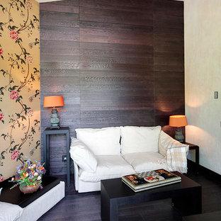 Diseño de sala de estar con biblioteca abierta, contemporánea, pequeña, con paredes multicolor, suelo de madera en tonos medios y suelo violeta