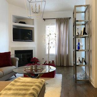 トロントの中サイズのコンテンポラリースタイルのおしゃれなファミリールーム (白い壁、濃色無垢フローリング、コーナー設置型暖炉、コーナー型テレビ、茶色い床) の写真
