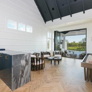 Esempio di un soggiorno tradizionale aperto con angolo bar, pareti bianche, parquet chiaro, TV a parete e pavimento beige