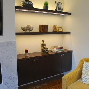 Esempio di un soggiorno moderno di medie dimensioni e aperto con pareti grigie, pavimento in legno massello medio, camino lineare Ribbon, cornice del camino in pietra e parete attrezzata
