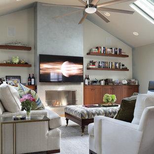 ニューヨークの大きいコンテンポラリースタイルのおしゃれなファミリールーム (青い壁、無垢フローリング、標準型暖炉、漆喰の暖炉まわり、壁掛け型テレビ、茶色い床) の写真