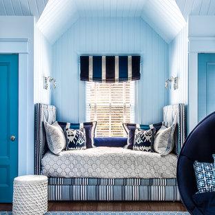 Inspiration pour une petit salle de séjour marine avec aucune cheminée, un sol en bois brun, aucun téléviseur, un mur multicolore et un sol marron.