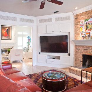 Abgetrenntes Klassisches Wohnzimmer mit hellem Holzboden, Kamin, Kaminsims aus Backstein und Eck-TV in Dallas