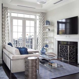 ニューヨークのビーチスタイルのおしゃれなファミリールーム (白い壁、濃色無垢フローリング、標準型暖炉、壁掛け型テレビ、黒い床) の写真