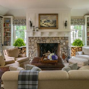 Foto de sala de estar con biblioteca clásica con paredes beige, suelo de madera oscura, chimenea tradicional y marco de chimenea de piedra