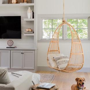 Imagen de sala de estar abierta, de estilo de casa de campo, extra grande, con paredes blancas, televisor colgado en la pared, suelo de madera en tonos medios y suelo marrón