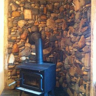 Ejemplo de sala de estar de estilo americano, pequeña, con chimenea de esquina