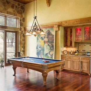 Idee per un soggiorno mediterraneo con sala giochi, pareti gialle, pavimento in legno massello medio e pavimento arancione