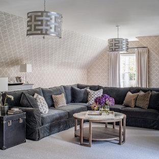 Klassisches Wohnzimmer mit grauer Wandfarbe, Teppichboden, grauem Boden und Tapetenwänden in Washington, D.C.