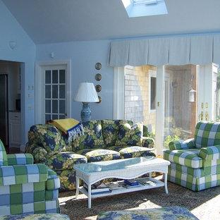 Ispirazione per un soggiorno classico di medie dimensioni e aperto con pareti blu, pavimento marrone e pavimento in terracotta