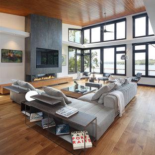 ミルウォーキーのコンテンポラリースタイルのおしゃれなオープンリビング (白い壁、無垢フローリング、横長型暖炉、壁掛け型テレビ) の写真
