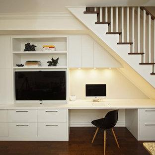 トロントの小さいコンテンポラリースタイルのおしゃれなファミリールーム (無垢フローリング、暖炉なし、埋込式メディアウォール、白い壁) の写真