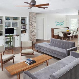 オースティンのミッドセンチュリースタイルのおしゃれなファミリールーム (グレーの壁、磁器タイルの床、内蔵型テレビ) の写真
