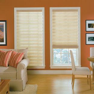 プロビデンスのサンタフェスタイルのおしゃれなファミリールーム (オレンジの壁、淡色無垢フローリング) の写真