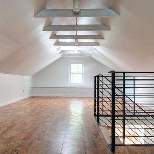 Idee per un soggiorno moderno di medie dimensioni e stile loft con pareti bianche, pavimento in sughero e nessun camino