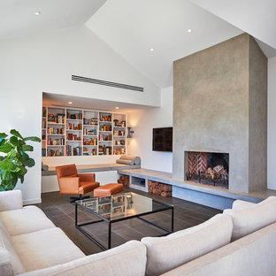 アデレードのコンテンポラリースタイルのおしゃれなファミリールーム (白い壁、標準型暖炉、コンクリートの暖炉まわり、壁掛け型テレビ) の写真