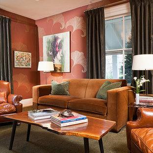 ニューヨークの中サイズのミッドセンチュリースタイルのおしゃれな独立型ファミリールーム (ライブラリー、オレンジの壁、カーペット敷き、標準型暖炉、石材の暖炉まわり、壁掛け型テレビ、緑の床) の写真