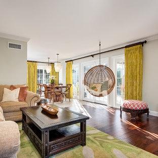 サンディエゴの大きいトロピカルスタイルのおしゃれなファミリールーム (ベージュの壁、無垢フローリング、コーナー設置型暖炉、石材の暖炉まわり) の写真