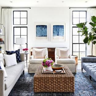 Ejemplo de sala de estar marinera con paredes blancas, suelo de madera en tonos medios y suelo marrón