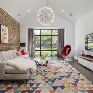 Imagen de sala de estar contemporánea con paredes blancas, suelo de madera oscura, televisor colgado en la pared y suelo marrón