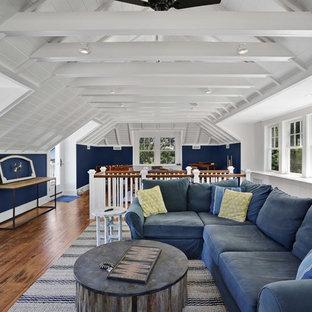 Esempio di un grande soggiorno country stile loft con sala giochi, pareti blu, pavimento in legno massello medio, TV autoportante e pavimento marrone