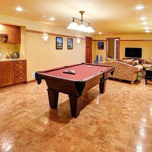 Ispirazione per un grande soggiorno contemporaneo aperto con sala giochi, pareti gialle, pavimento in sughero, nessun camino e nessuna TV