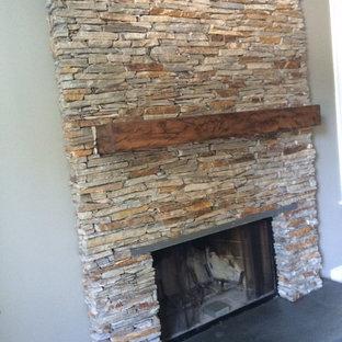 Idée de décoration pour une salle de séjour chalet de taille moyenne et ouverte avec un mur vert, un sol en bois clair, un manteau de cheminée en pierre, aucun téléviseur, un poêle à bois et un sol marron.