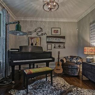 Foto de sala de estar con rincón musical cerrada, rural, pequeña, sin chimenea y televisor, con paredes grises, suelo de madera oscura y suelo marrón